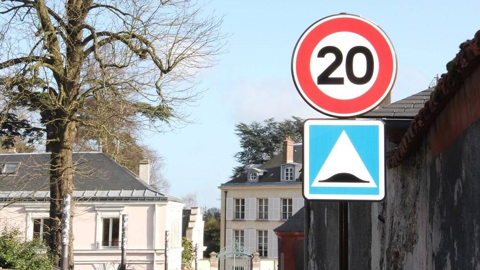 Panneau d'indication de ralentisseur et limite de vitesse a 20 km/h