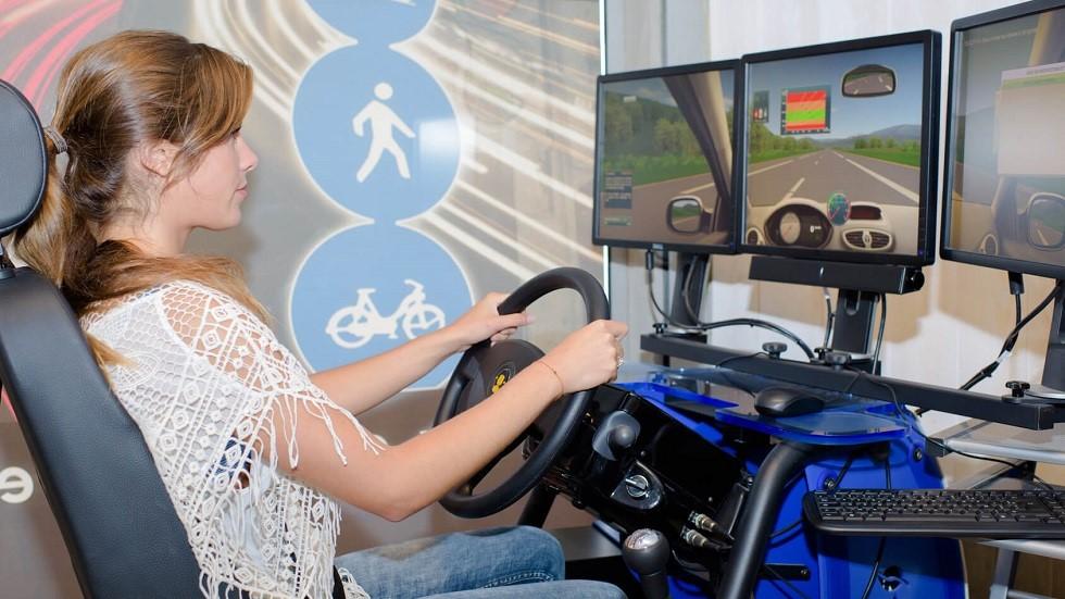 Candidate au permis se formant sur un simulateur