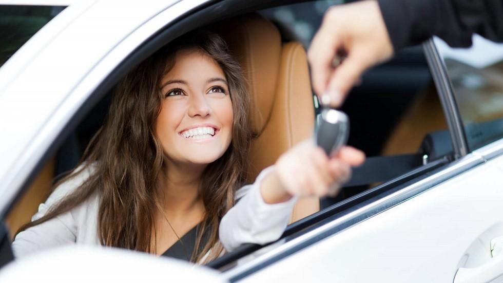 Automobiliste recevant les cles de sa voiture d'occasion