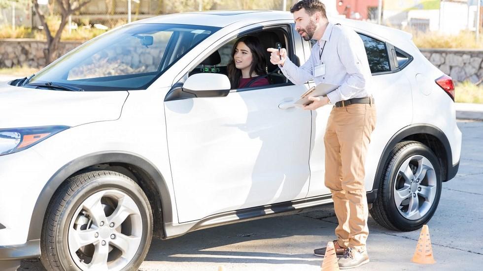 Enseignant de la conduite aidant une candidate dans sa formation