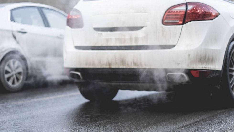 Automobile polluante sur autoroute