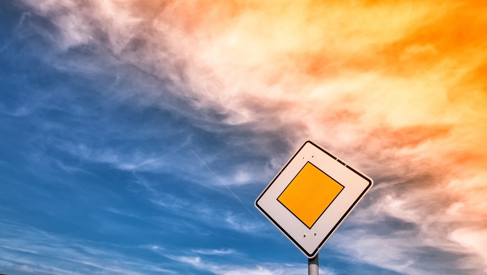Panneau de signalisation de route prioritaire