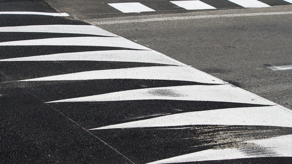 Ralentisseur sur une route et marquage au sol