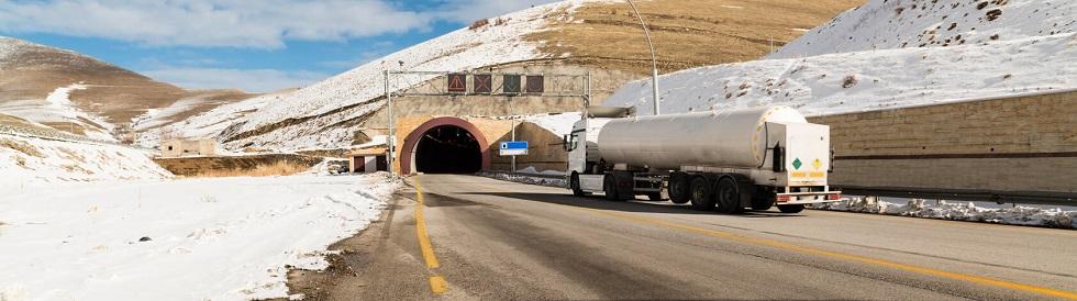 camion s'insérant dans un tunnel