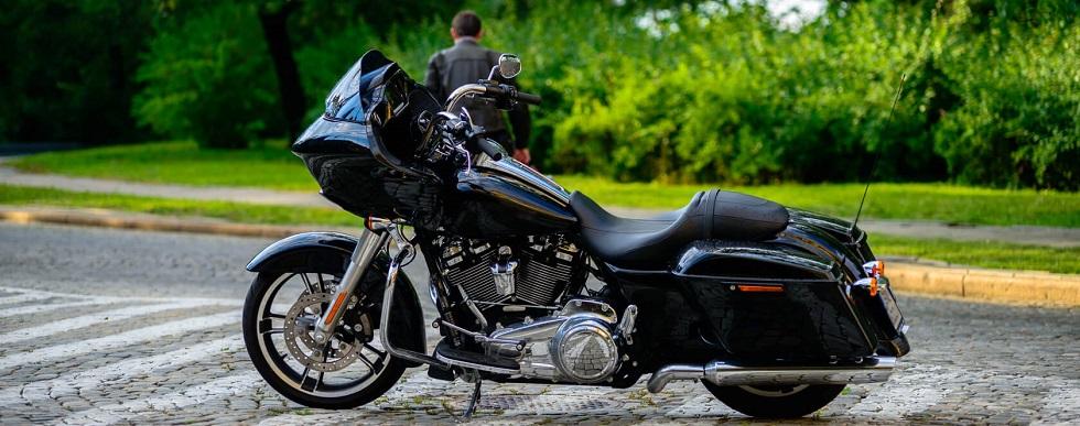 moto sur une route pavée