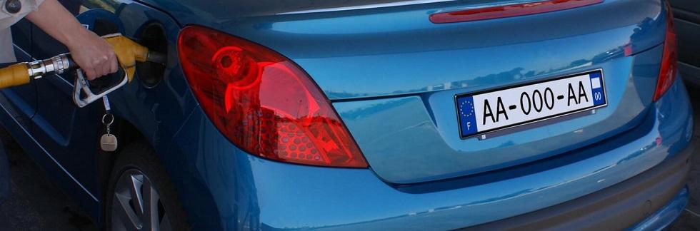 plaques d'immatriculation posées sur un véhicule