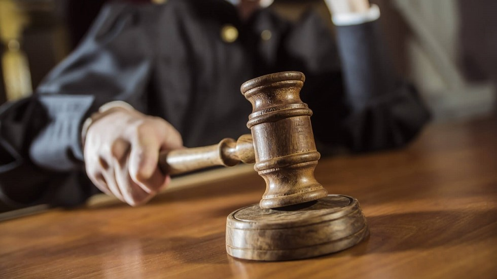 Juge appliquant la loi
