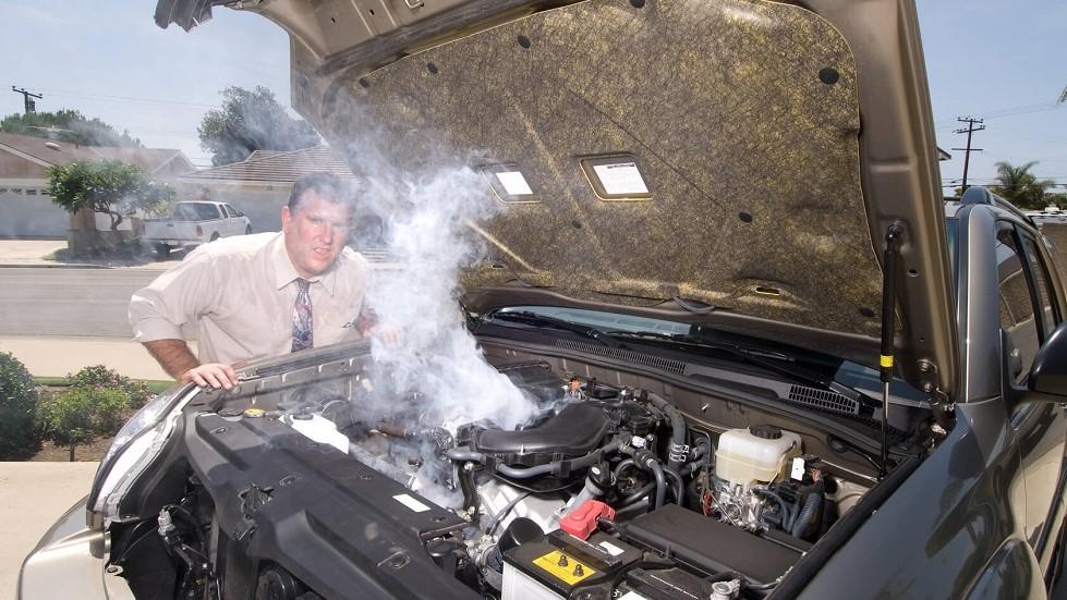 Moteur d'une automobile relachant de la fumee