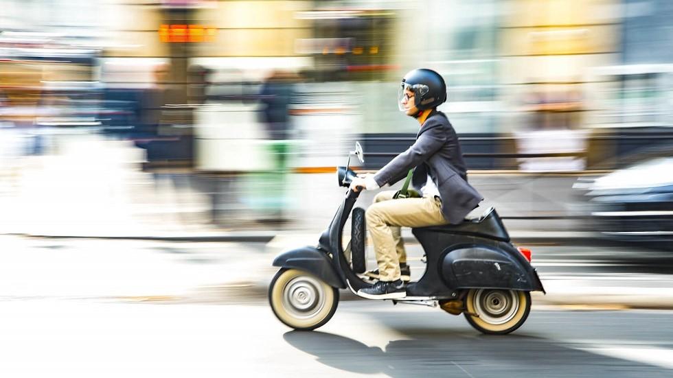 Usager circulant rapidement en scooter