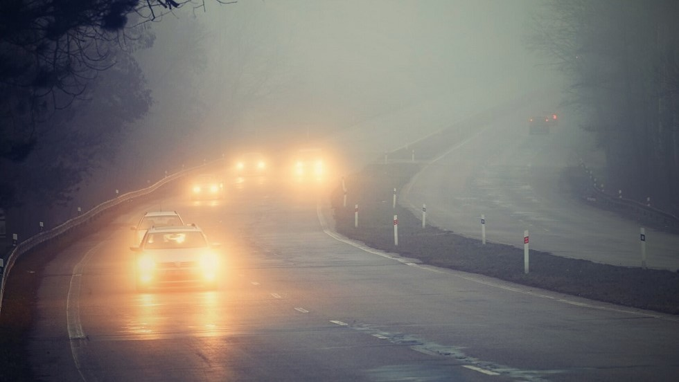File de vehicules circulant avec leurs feux antibrouillard allumes