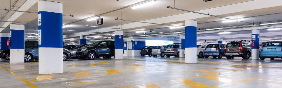 Automobiles stationnées dans un parking souterrain