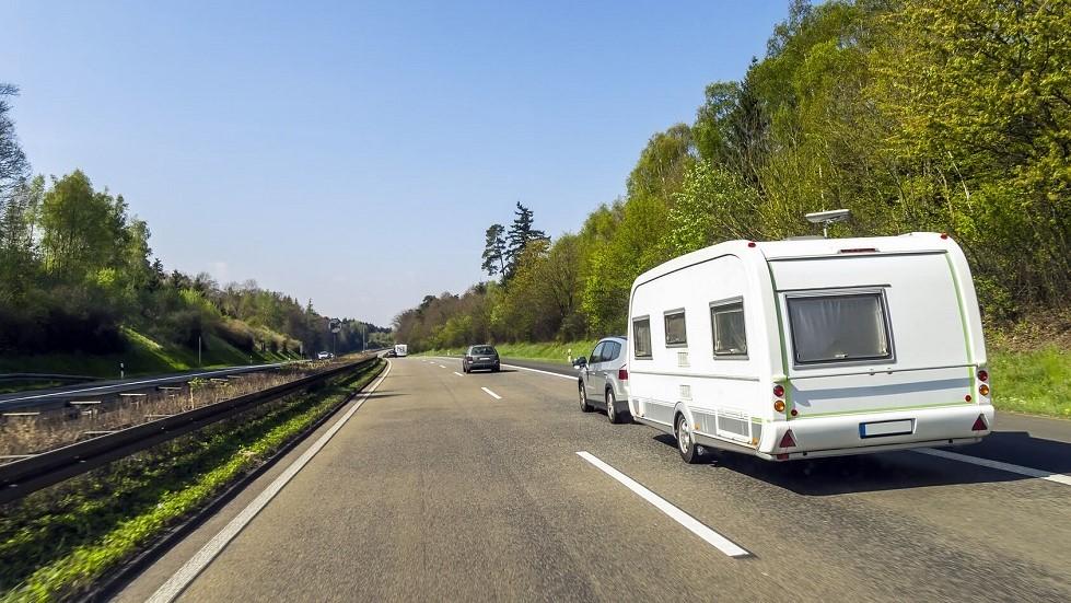 Caravane circulant sur une autoroute
