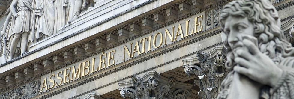 Photographie du fronton de l'assemblée nationale